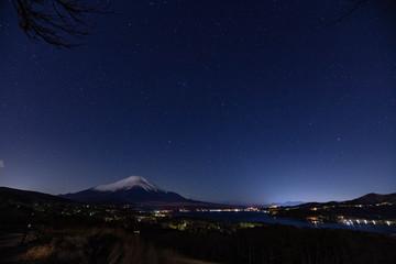 星空の富士山と山中湖