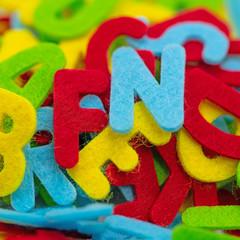 Bunte Buchstaben aus Filz