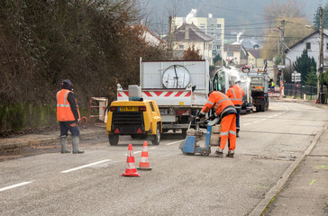 Baustelle Tiefbau Trennschleifer Arbeiter trennt Asphalt - Construction site Civil engineering Cut-off grinder Worker cuts asphalt