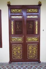 Vieille porte chinoise dans la rue
