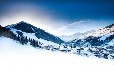 Saalbach-Hinterglemm mit Skipiste und Berge im Winter