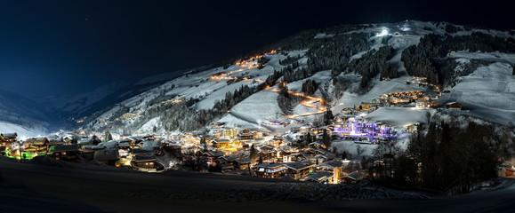 Saalbach-Hinterglemm mit Skipiste bei Nacht mit Flutlicht Panorama