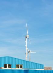Zwei Windkrafträder im blauem Himmel mit Textfreiraum. Standort: Deutschland, Nordrhein Westfalen, Borken