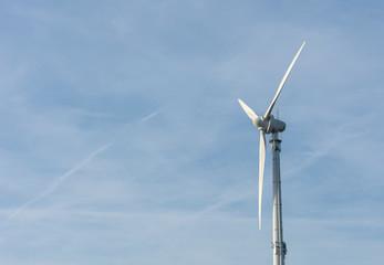 Windkraftrad im blauem Himmel mit Textfreiraum. Standort: Deutschland, Nordrhein Westfalen, Borken