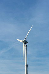 Ein Windkraftrad im blauem Himmel mit Textfreiraum. Standort: Deutschland, Nordrhein Westfalen, Borken