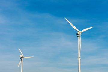 Windkrafträder im blauem Himmel mit Textfreiraum. Standort: Deutschland, Nordrhein Westfalen, Borken