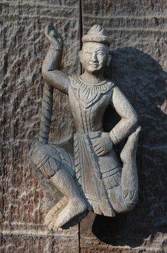 Sculpture sur bois au monastère de Shwe Nandaw à Mandalay au Myanmar