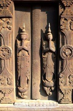 Sculpture sur bois au monastère de Shwe In Bin à Mandalay au Myanmar