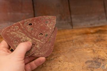 Schmörgelpapier Schleifpapier für Holztreppe