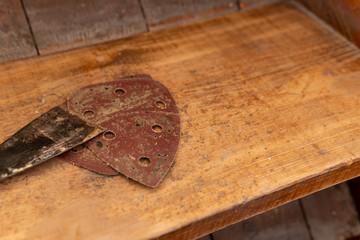 Spachtel und Schleifpapier - Aufwertung alter Treppen