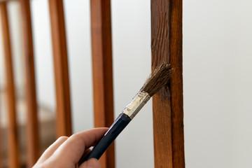 Geländer mit dem Pinsel streichen