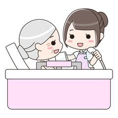 入浴介助 シニア女性と女性介護士