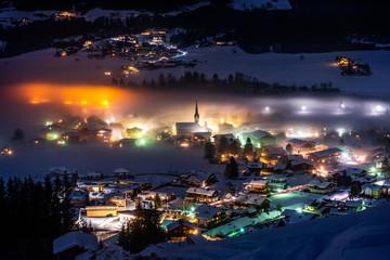Bergdorf bei Nacht