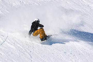 Fototapete - vacanze invernali sulla neve - snowboarder