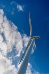 éolienne en contre-plongée sur fond de ciel bleu