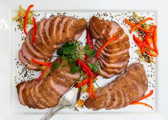 Asiatischer Fleischteller mit knusprig gebratener Ente an Chili