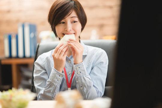 昼食・女性・オフィス