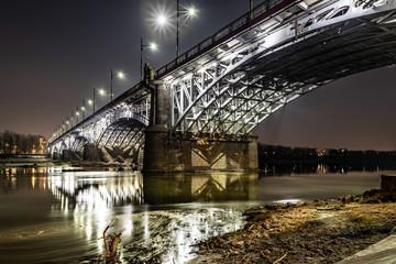 iluminowany Most Poniatowskiego w Warszawie
