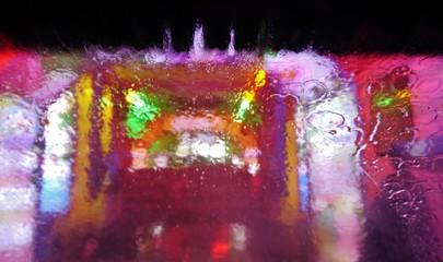 Farben hinter Windschutzscheibe in Waschschutzscheibe