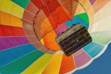 Obraz start kolorowego balonu widok z dołu do góry na kosz i kopułę balonu - fototapety do salonu