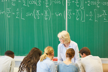 Studenten lernen in Gruppenarbeit