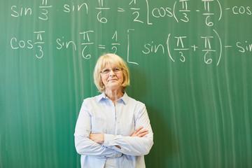 Ältere Frau als Dozent und Mathelehrer