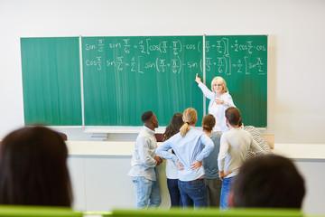 Dozentin in einer Mathematik Vorlesung