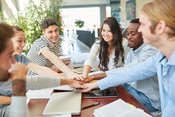 Team Schüler oder Studenten motivieren sich