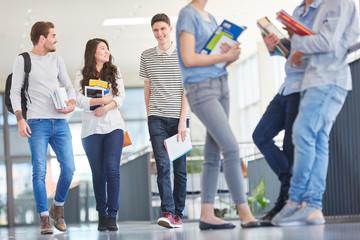 Studenten unterhalten sich in einer Pause