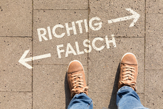 decision with german text richtig falsch, in english right wrong