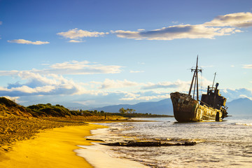 In de dag Schip Rusty broken shipwreck on sea shore