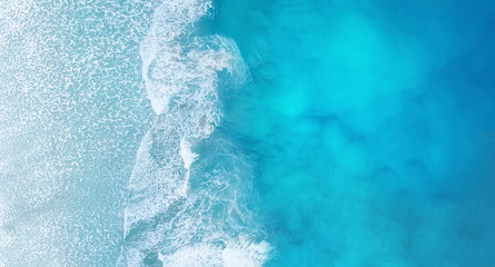 Autocollant pour porte Eau Beach and waves from top view. Turquoise water background from top view. Summer seascape from air. Top view from drone. Travel - image