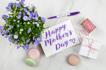 Fotoväggar - Happy Mother's Day postcard on white marble table