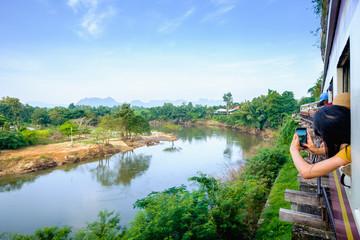 Photos de touristes prises du train, kanchanaburi, Thaïlande.