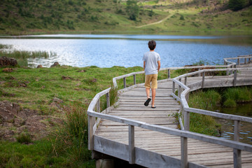 Joven paseando solitario