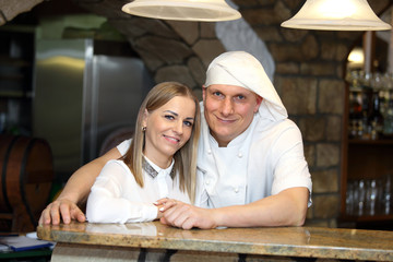 Fototapeta Kucharz i kelnerka przy bufecie w retauracji, razem, para. obraz