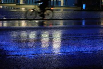 Regen, nasse Strasse mit blauem Licht, Verkehr