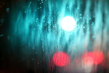 Regen, beschlagene Autoscheibe mit Verkehrslichtern
