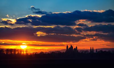 Sonnenuntergang mit Wolken und Dom in Speyer.
