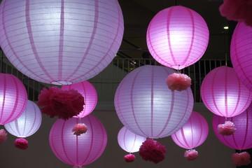 Lanternes roses et mauves nouvel an chinois