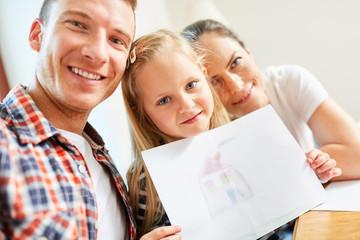 Mädchen und Eltern malen Eigenheim Bild