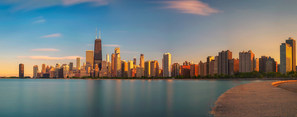 Fototapete - Chicago skyline at sunset viewed from North Avenue Beach