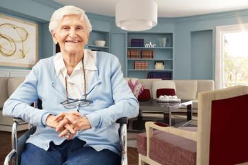 Glückliche Seniorin im Rollstuhl zu Hause
