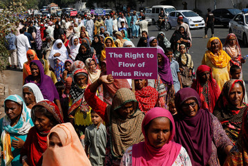 Supporters of the Pakistan Fisherfolk Forum hold signs and chant slogans against the proposed construction of all dams on the Indus River, during the last day of long march protest in Karachi,