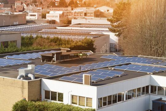 panneaux solaires toits immeubles ville