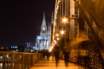 Fotomurales - Hohenzollern bridge in Cologne with Cologne Cathedral in background