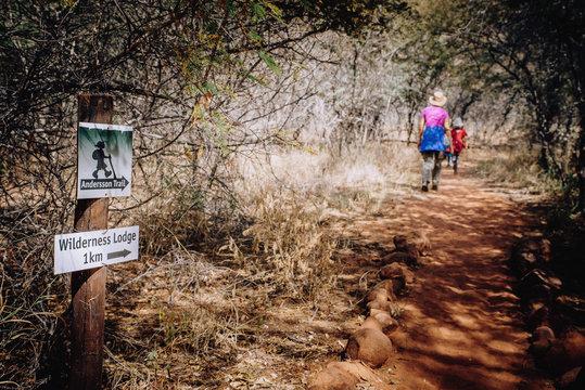 Frau mit Kindern wandert auf dem Anderson Trail am Waterbeg Plateau, Namibia