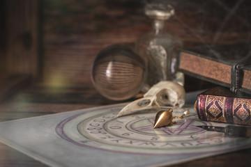 Ritualmagisches Zubehör-Kristallkugel, pendel, Quijabrett, Bücher unf Feder
