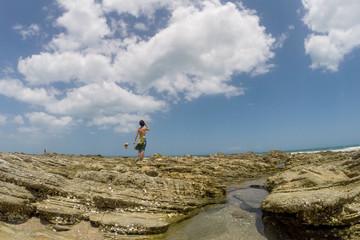 Jericoacoara, Ceará, Brasil. Outubro de 2018. Mulher observa o horizonte na praia