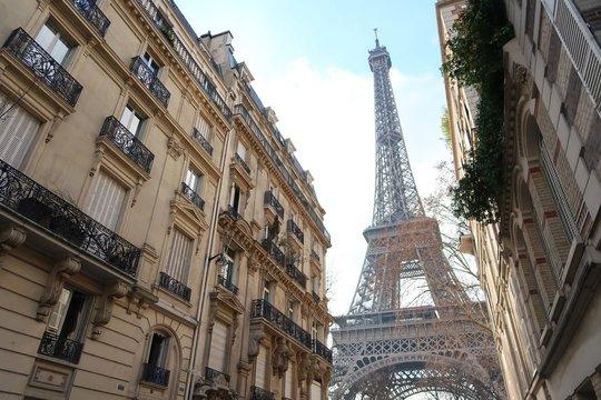 Paris, immeuble haussmannien avec vue sur la tour Eiffel (France)